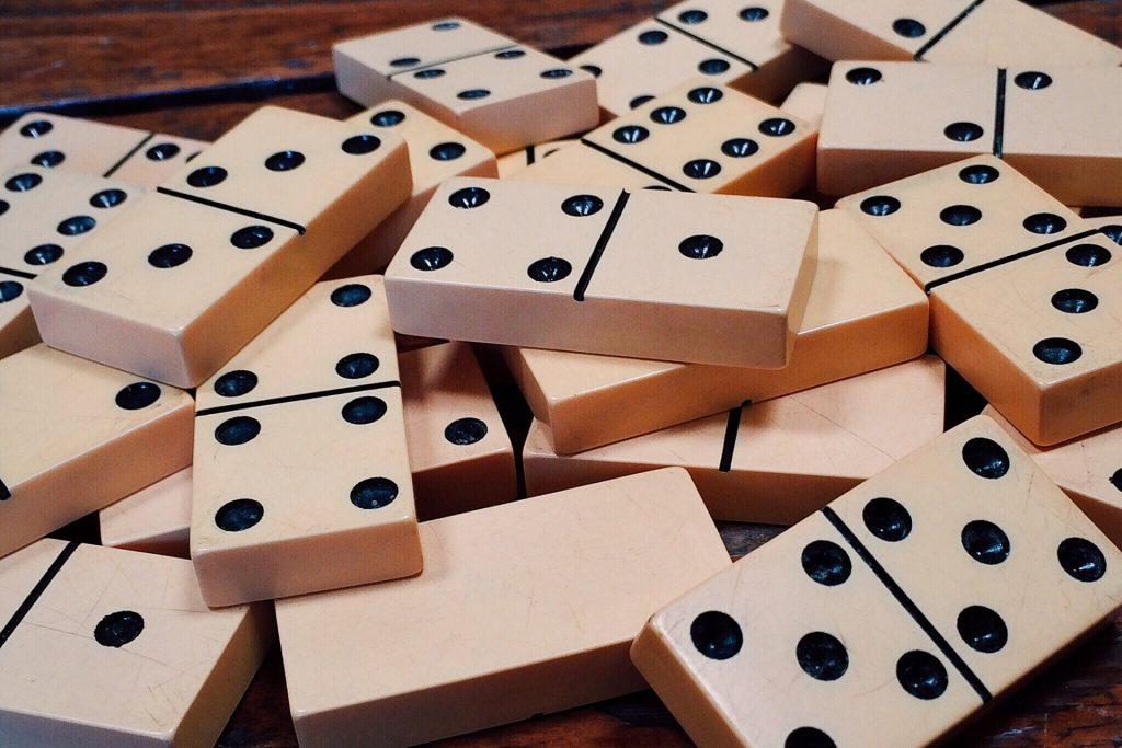 dominoes-1615704_1920
